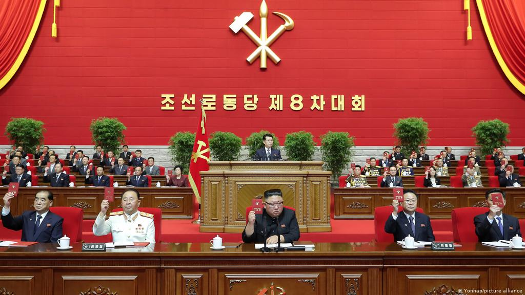 Dictatorul Kim Jong-un (centru) la un congres desfăşurat la Phenian